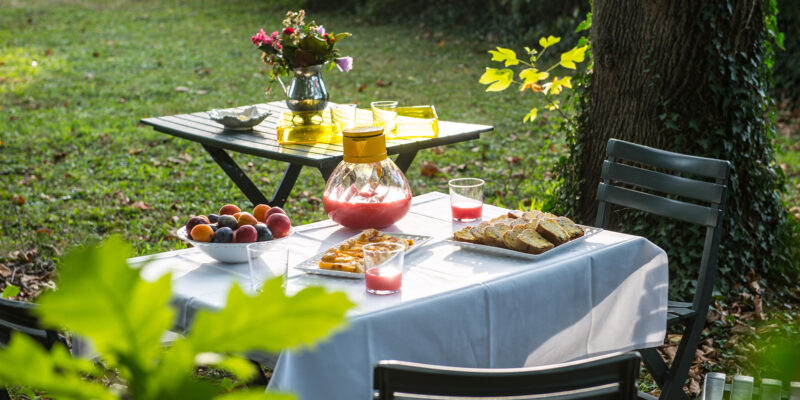 Ospitalita--Villa-Sagramoso-Sacchetti-giardino-tavolini-con-breackfast