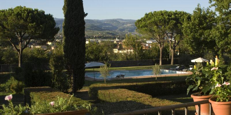 Ospitalita--Villa-Sagramoso-Sacchetti-vista-piscina-e-Lessinia