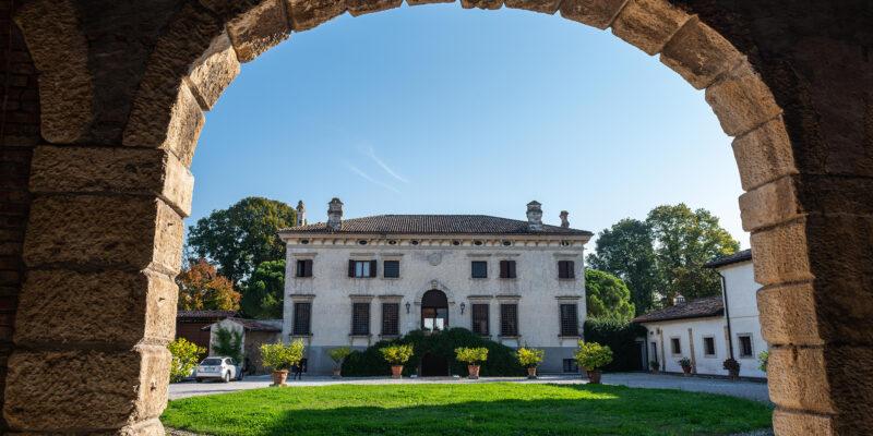 sposarsi-Villa-Sagramoso-Sacchetti-facciata-lato-corte-da-arco-barchessa